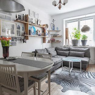 Idéer för ett litet eklektiskt allrum, med vita väggar, ljust trägolv och beiget golv