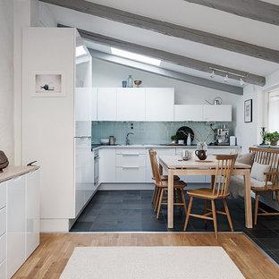 Inspiration för ett mellanstort funkis allrum med öppen planlösning, med vita väggar och klinkergolv i keramik