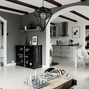 ヨーテボリの中サイズの北欧スタイルのおしゃれなファミリールーム (グレーの壁、塗装フローリング) の写真