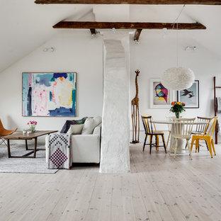 Idéer för mellanstora funkis allrum med öppen planlösning, med vita väggar, ljust trägolv och grått golv