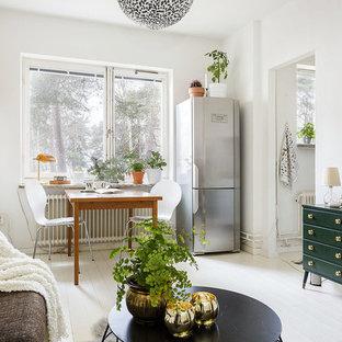 Inspiration för mellanstora minimalistiska allrum med öppen planlösning, med vita väggar och målat trägolv