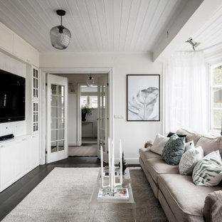 Idéer för att renovera ett skandinaviskt avskilt allrum, med vita väggar, mörkt trägolv, en inbyggd mediavägg och brunt golv