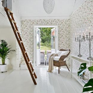 Bild på ett mellanstort shabby chic-inspirerat allrum med öppen planlösning, med flerfärgade väggar och målat trägolv