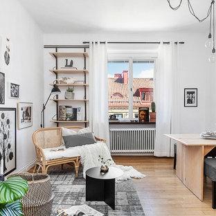 Idéer för ett mellanstort skandinaviskt allrum med öppen planlösning, med vita väggar och mellanmörkt trägolv