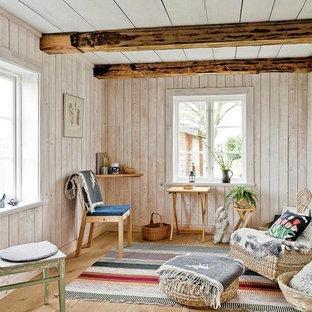 Foto på ett mellanstort lantligt avskilt allrum, med vita väggar och ljust trägolv