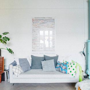 ストックホルムの中くらいの北欧スタイルのおしゃれなファミリールーム (白い壁、コーナー設置型暖炉、据え置き型テレビ、淡色無垢フローリング) の写真