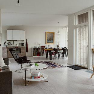 Bild på ett stort skandinaviskt allrum med öppen planlösning, med vita väggar och beiget golv