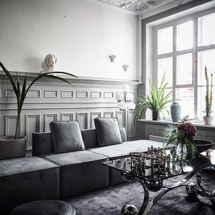 ヨーテボリの大きいヴィクトリアン調のおしゃれな独立型ファミリールーム (マルチカラーの壁、無垢フローリング、暖炉なし) の写真