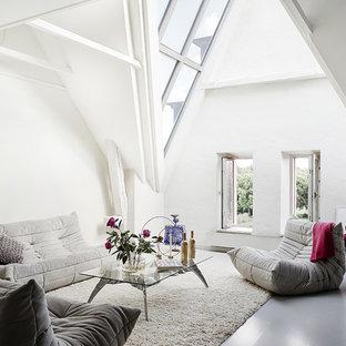 Idéer för ett stort modernt allrum med öppen planlösning, med vita väggar och målat trägolv