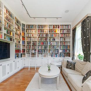 Klassisk inredning av ett avskilt allrum, med ett bibliotek, vita väggar, mellanmörkt trägolv, en väggmonterad TV och brunt golv