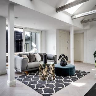 Idéer för att renovera ett stort funkis allrum på loftet, med vita väggar och ljust trägolv