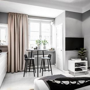 Ejemplo de sala de estar nórdica, pequeña, con paredes grises, suelo de madera pintada y suelo blanco