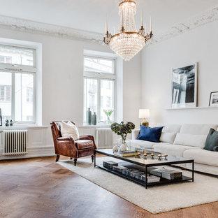 Inspiration för mycket stora klassiska allrum med öppen planlösning, med vita väggar och mellanmörkt trägolv