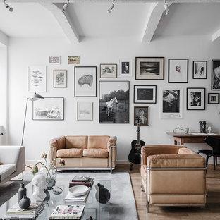 Inspiration för nordiska allrum med öppen planlösning, med vita väggar, ljust trägolv och brunt golv