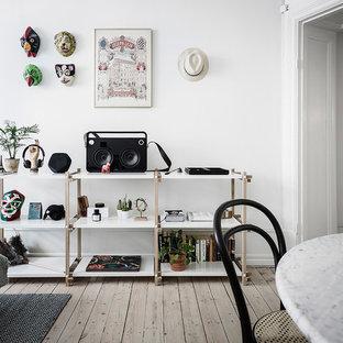 Inredning av ett skandinaviskt avskilt allrum, med ett musikrum, vita väggar, ljust trägolv och beiget golv