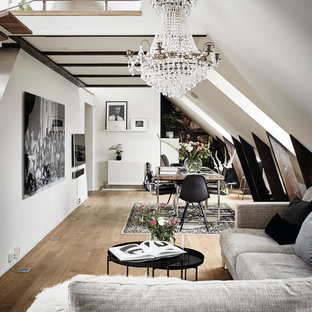 Idéer för mycket stora minimalistiska allrum med öppen planlösning, med vita väggar, ljust trägolv och en väggmonterad TV