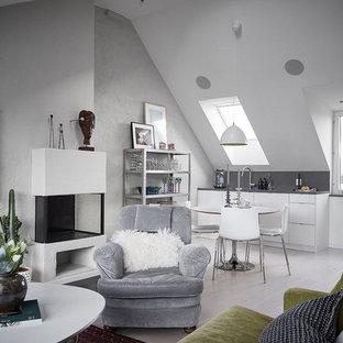 Idéer för mellanstora nordiska allrum med öppen planlösning, med grå väggar, ljust trägolv och en väggmonterad TV