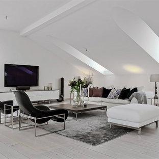 Idéer för att renovera ett stort funkis allrum, med vita väggar, ljust trägolv och en väggmonterad TV