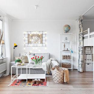 Idéer för skandinaviska allrum med öppen planlösning, med vita väggar, ljust trägolv och beiget golv