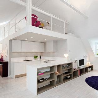 Foto di un ampio soggiorno contemporaneo aperto con pareti bianche, pavimento in legno verniciato, nessun camino e TV autoportante