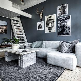 Modelo de sala de estar escandinava, de tamaño medio, sin chimenea, con paredes grises, suelo de madera clara y suelo beige