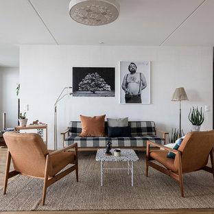 Foto på ett mellanstort 60 tals allrum med öppen planlösning, med vita väggar, mellanmörkt trägolv och brunt golv