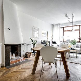 ストックホルムの小さい北欧スタイルのおしゃれなオープンリビング (コーナー設置型暖炉、漆喰の暖炉まわり) の写真