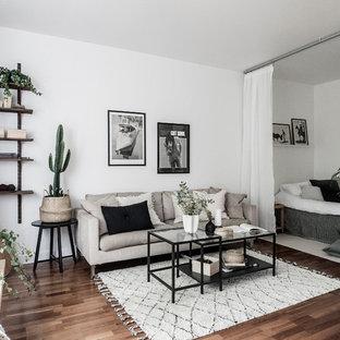 Idéer för skandinaviska allrum, med vita väggar, mörkt trägolv och brunt golv