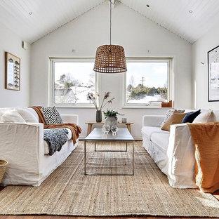 Bild på ett minimalistiskt allrum, med vita väggar, mellanmörkt trägolv och brunt golv