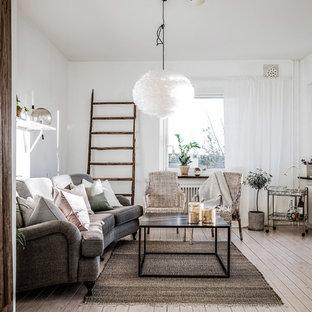 Idéer för att renovera ett mellanstort skandinaviskt avskilt allrum, med vita väggar, ljust trägolv, beiget golv och en fristående TV