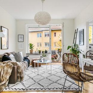 Inspiration för mellanstora skandinaviska allrum med öppen planlösning, med vita väggar och ljust trägolv