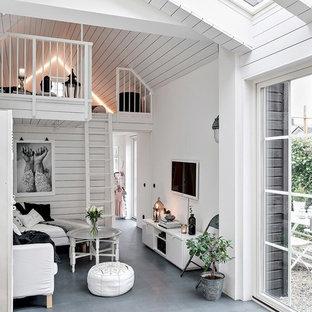 Bild på ett litet minimalistiskt allrum med öppen planlösning, med vita väggar, en väggmonterad TV, grått golv och betonggolv