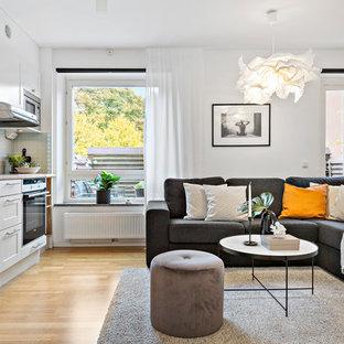 Idéer för ett litet klassiskt allrum med öppen planlösning, med vita väggar, ljust trägolv och beiget golv