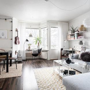 Idéer för skandinaviska allrum med öppen planlösning, med vita väggar, mörkt trägolv och brunt golv