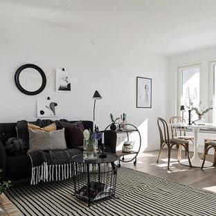 Idéer för att renovera ett nordiskt allrum, med vita väggar, mellanmörkt trägolv och brunt golv