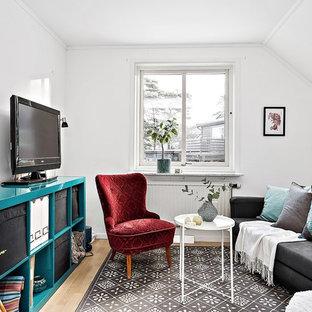 Inspiration för små skandinaviska allrum, med vita väggar, ljust trägolv, beiget golv och en fristående TV