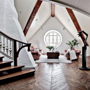 Bild på ett mycket stort rustikt allrum på loftet, med vita väggar, mörkt trägolv och brunt golv