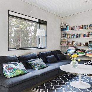 Bild på ett mellanstort nordiskt avskilt allrum, med grå väggar, betonggolv, en väggmonterad TV och grått golv