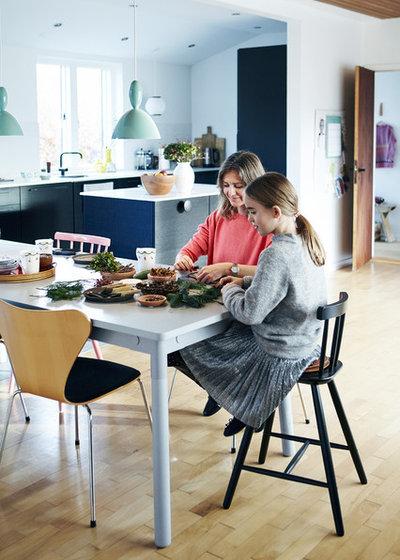Scandinavian Family  Room by Mia Mortensen Photography