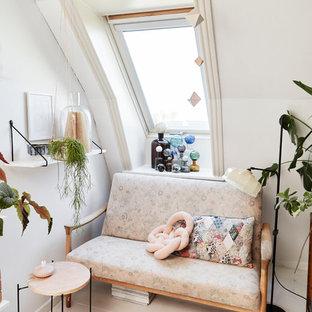 Ispirazione per un piccolo soggiorno boho chic chiuso con pareti bianche, pavimento in legno verniciato e pavimento bianco