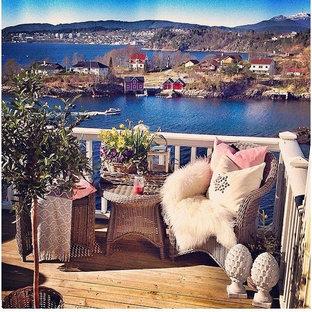 Пример оригинального дизайна: балкон и лоджия в скандинавском стиле с деревянными перилами без защиты от солнца