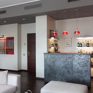 Idee per un bancone bar moderno di medie dimensioni con top in granito, parquet scuro e pavimento marrone