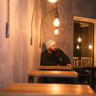 Immagine di un piccolo angolo bar industriale con ante in legno chiaro, pavimento in gres porcellanato e pavimento verde