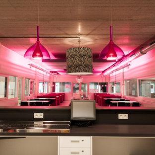 他の地域のエクレクティックスタイルのおしゃれなホームバー (ピンクのキッチンカウンター) の写真