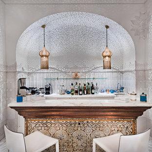 Ispirazione per un bancone bar etnico di medie dimensioni con top in marmo