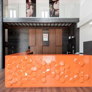 他の地域の中くらいのエクレクティックスタイルのおしゃれな着席型バー (L型、オレンジのキャビネット) の写真