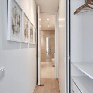 ハンブルクのコンテンポラリースタイルのおしゃれな収納・クローゼット (白いキャビネット、ベージュの床) の写真