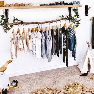 Bild på ett litet lantligt omklädningsrum för könsneutrala, med heltäckningsmatta och grått golv