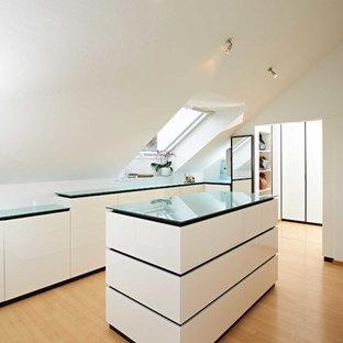 Mittelgroßes, Neutrales Modernes Ankleidezimmer mit Ankleidebereich, flächenbündigen Schrankfronten, weißen Schränken, braunem Holzboden und braunem Boden in Stuttgart