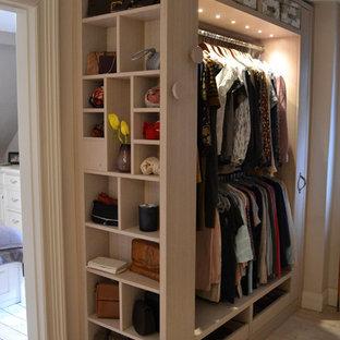Diseño de vestidor unisex, tradicional renovado, con armarios abiertos y suelo de madera pintada